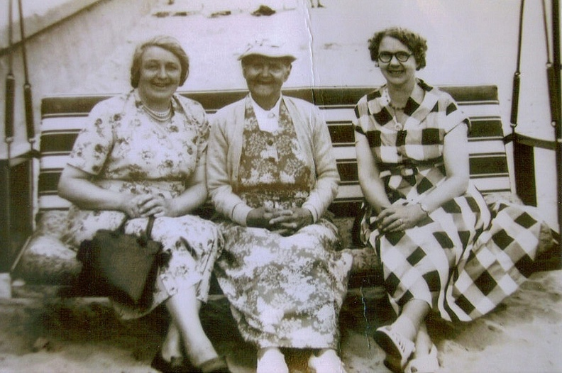 Left to right: Helena (Nellie) Bacon, Mary Bacon (née Mary Allen), Florence (May) Grayson (née Florence Bacon)
